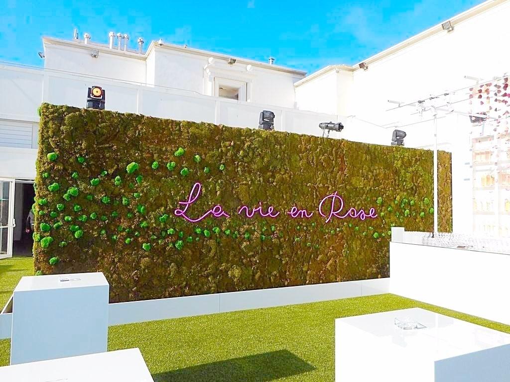 un fond de bar composé d'un mur de mousses naturelles apporte son degré de luxe dans une esprit zen