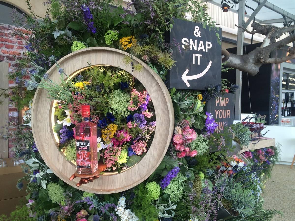 location de mur de fleur et de feuillage pour décoration de bar dans le sud de la France