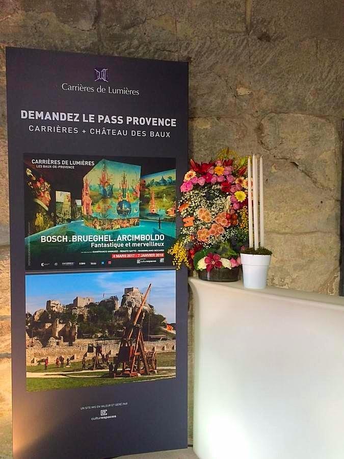 Voici une composition florale sur mesure pour un vernissage des Carrières de Lumières aux Baux de Provence.