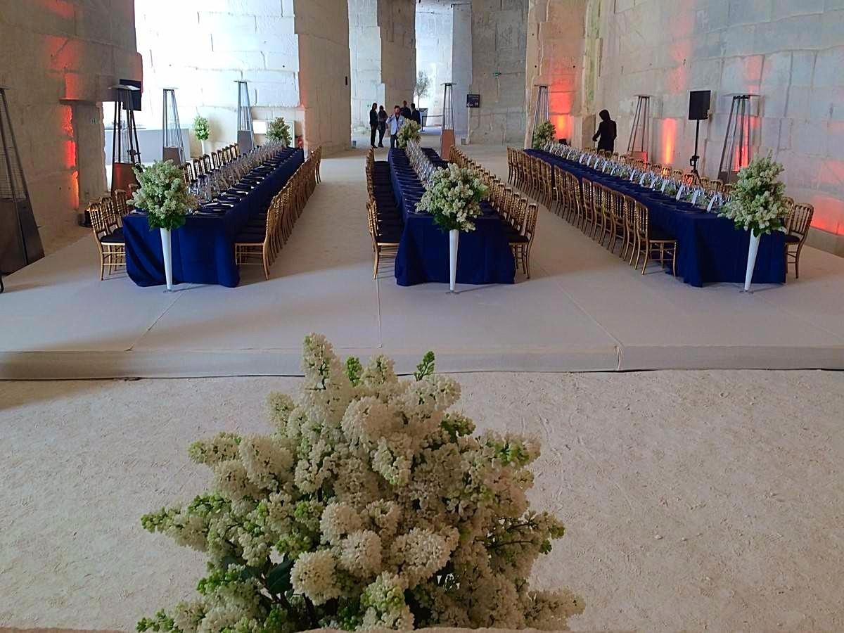 lilas blanc en gros bouquet dans des vase en verre haut pour vos décors de table