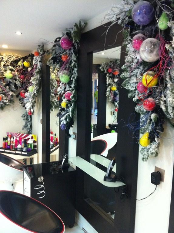 idee deco vitrine noel salon de coiffure cadeaux de no l populaires. Black Bedroom Furniture Sets. Home Design Ideas