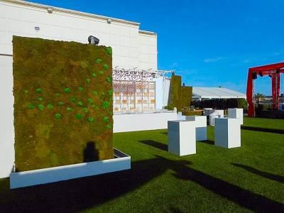 les plans du mur végétal est en parallèle avec les autres murs, créant ainsi des écrins de natures verticales