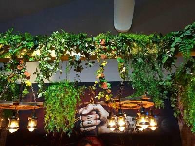 plafond de plantes naturelles en suspendion pour salon exposition