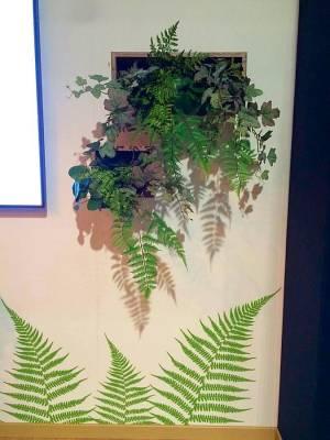plantes, feuillages et fleurs artificiels en composition florale pour stand exposition de salon dans le Var