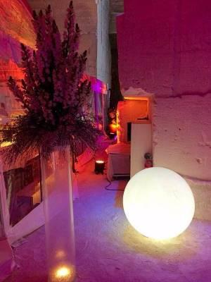 Les bouquets de fleurs blanches sont illuminés par les boules de lumières en location de Next Nouvel Extérieur Avignon.