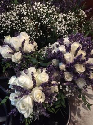 les bouquets des demoiselles d'honneur sont assortis à celui de la mariée