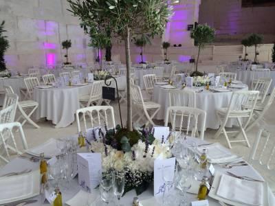 Couronne de fleurs blanches pour réception et mariage aux Carrières de Lumières aux Baux de Provence