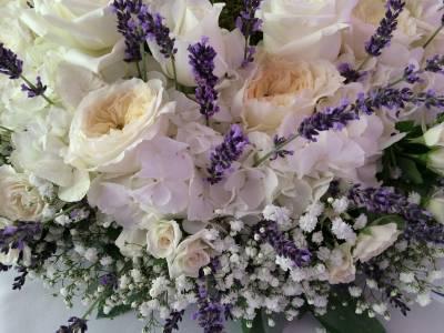 détail de la composition des couronnes de roses david austin héritage et des hortensias blanc