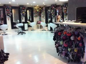votre sapin de noel décoré de guirlandes pour votre intérieur le salon Riviera coiffure styliste visagiste et vos facades de commerce à Vitrolles et à Aix en Provence et paca