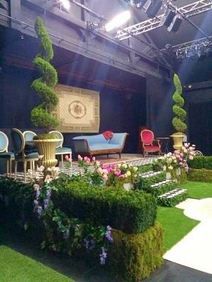 Décor de scène dans le thème d'un jardin anglais.