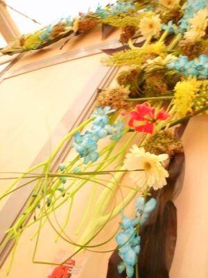 Création murale de fleurs naturelles pour stands exposition.