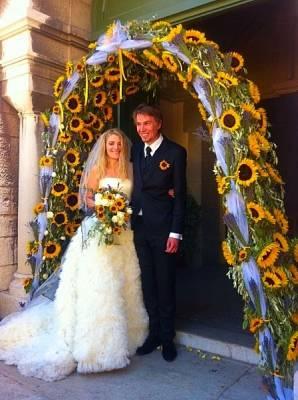 les tournesols, la lavande, les roses et l'olivier pour l'arche d'un mariage d'excellence à Cassis