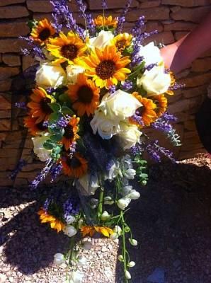 la bouquet de la mariée composé de lavande, de mini tournesols, de roses blanches et de fleurettes pour une inspiration provençale