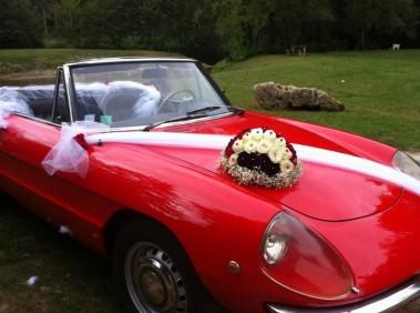 le tulle blanc se marié très bien avec la voiture rouge des mariés
