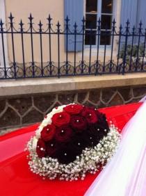 3 couleurs de roses avec une couronne de gypsophile pour la voiture des mariés