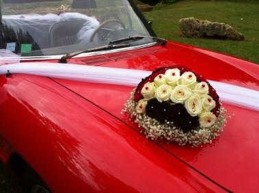 des perles de couleurs contrastées pour les belles roses pour le bouquet de la voiture