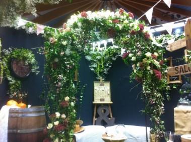 arche nuptiale de fleurs fra ches pour mariage religieux. Black Bedroom Furniture Sets. Home Design Ideas